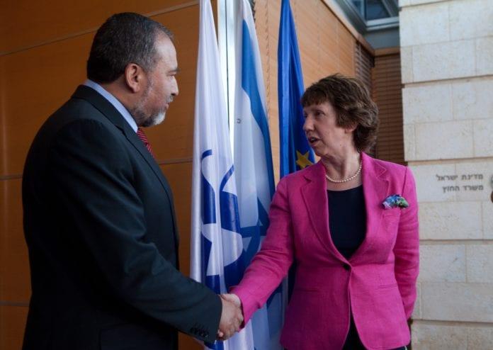 Utenriksminister Catherine Ashton (til venstre) og hennes