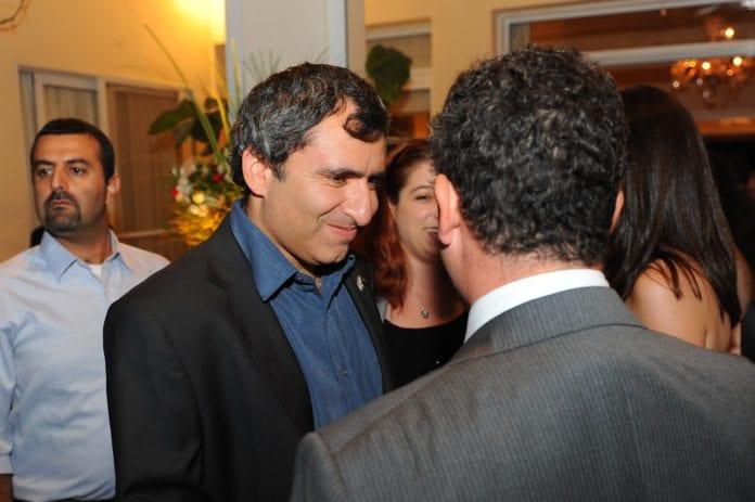 Koalisjonsformann Ze'ev Elkin (Likud) ønsker å samarbeide mot sentrum og ikke inkludere ultra-ortodokse partier i koalisjonen etter valget. (Foto: Storbritannias ambassade i Tel Aviv)