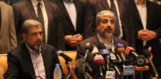 """Islamsk Jihad-leder Ramadan Shallah (f.v.) og Hamas-sjef Khaled Mashaal under våpenhvileforhandlingene i Kairo, 21. november 2012. De to terrorgruppenes """"væpnede motstandskamp"""" mot Israel har stor støtte blant palestinerne for øyeblikket. (Foto: flickr.com)"""