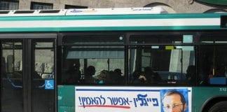 Valgkampplakat på en buss i sentrum av Jerusalem, med bilde av Likud-politiker Moshe Feiglin. (Foto: Mohamed El Dahshan)