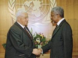 På bildet fra 1998 hilser daværende utenriksminister Ariel Sharon (f.v.) på daværende generalsekretær i FN, Kofi Annan. (Foto: UN Photo)