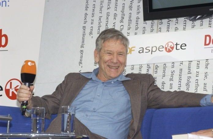 Den verdenskjente israelske forfatteren Amos Oz. (Foto: Das blaue Sofa / Club Bertelsmann)