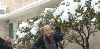 """Statsminister Benjamin Netanyahu var ute og """"lekte"""" under snøfallet i Jerusalem sist uke. Israel har vært gjennom to uker med sterk nedbør og orkan langs kysten. (Foto: GPO)"""