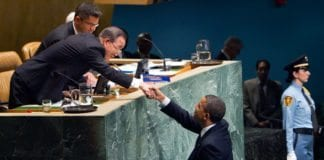 Barack Obama blir ønsket velkommen til FNs talerstol av generalsekretær Ban Ki-moon. (Foto: Rick Bajornas, FN)
