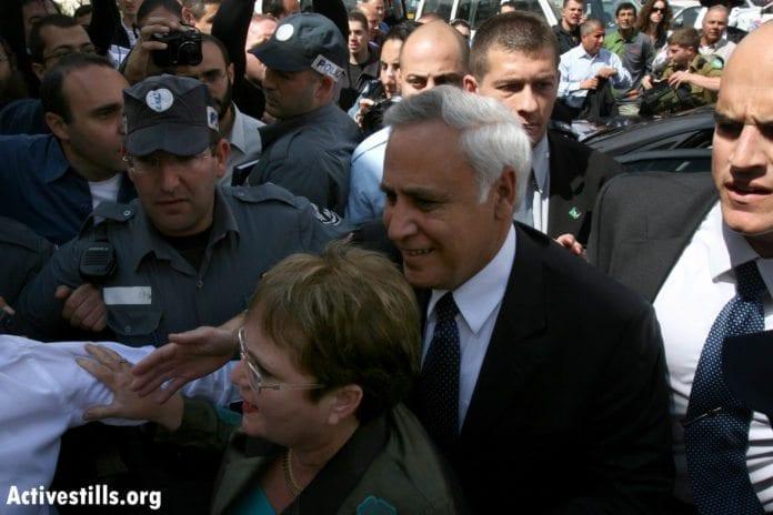Voldtektsdømte eks-president Moshe Katsav, på vei inn til rettssaken mot ham i 2008, sammen med sin kone Gila. (Foto: activestills, flickr.com)