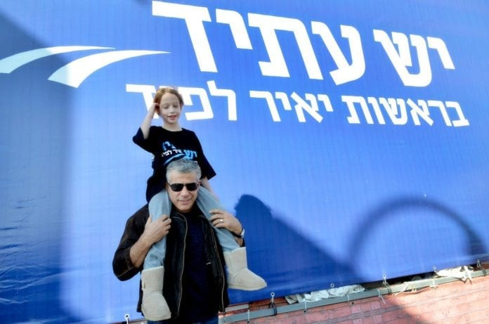 Yair Lapid og hans datter under valgkampen. (Foto: Yair Lapids Facebook-konto)