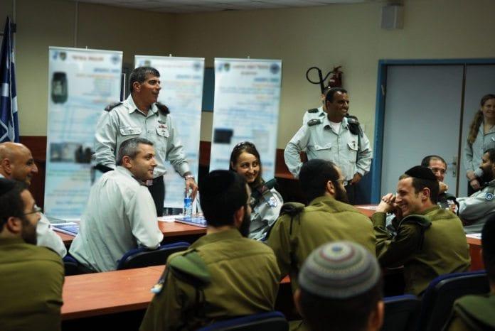 Ultra-ortodokse soldater undervises av tidligere forsvarssjef Gabi Ashkenazi. (Foto: IDF)