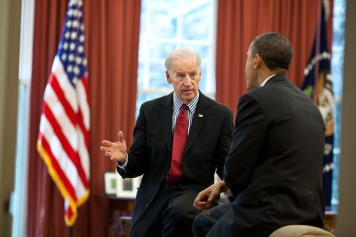 USAs visepresident Joe Biden (f.v.), her i diskusjon med president Barack Obama, understreker at Iran må vise seriøs vilje til å bøye av for internasjonale atomkrav, skal amerikanerne gå i forhandlinger med dem. (Foto: Det hvite hus)