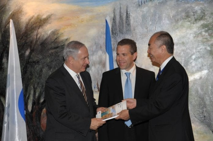 Statsminister Benjamin Netanyahu (f.v.) og miljøminister Gilad Erdan overleverer en nasjonal miljørapport til OECDs visegeneralsekretær, Rintaro Tamaki. (Foto: OECD)