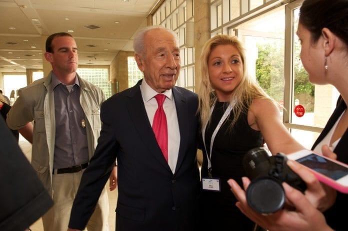 Israels president Shimon Peres (midten) intervjues av pressen. (Foto: Jewish Miami, flickr.com)