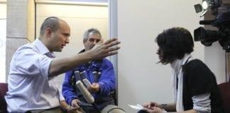 Bayit Yehudis partileder Naftali Bennett (t.v.) i et fjernsynsintervju under valgkampen. (Foto: The Israel Project, flickr.com)