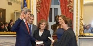 John Kerry blir tatt i ed som USAs nye utenriksminister. (Foto: USAs utenriksdepartement)