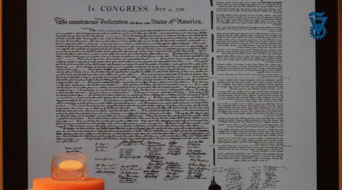 Både den amerikanske og den israelske uavhengighetserklæringen har fått plass på den svarte prikken, som du såvidt kan se i den blanke esken nede til venstre. (Foto: Technion, YouTube)