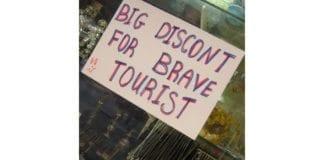 """Modige turister får store rabbater"", står det på døren til en sølvforhandler øverst i Ben Yehuda-gaten i Jerusalem. (Illustrasjon: David Poe, flickr.com)"