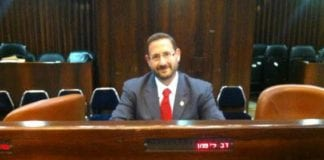 Yesh Atids Dov Lipman, trygt plassert på sitt faste sete i Knessets plenumsal. (Foto: Dov Lipman, Facebook.com)