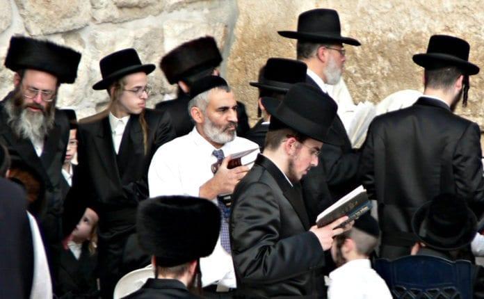 Ultra-ortodokse menn ber ved Tempelmuren. (Illustrasjon: Premasagar Rose, flickr.com)