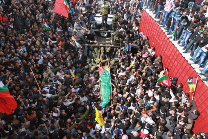 Begravelsen til den tidligere palestinske fangen Arafat Jaradat, som døde i israelsk fangenskap. (Foto: Stop the Wall Campaign, flickr.com)