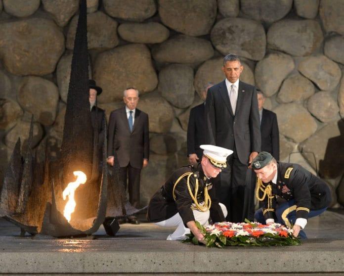 USAs president Barack Obama la ned en minnekrans under sitt besøk ved Yad Vashem. (Foto: GPO)
