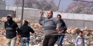 """Palestinere angriper Aish Kodesh etter det påståtte """"prislapp""""-angrepet, som israelsk politi var en konstruert provokasjon på palestinsk side. (Foto: Tazpit)"""