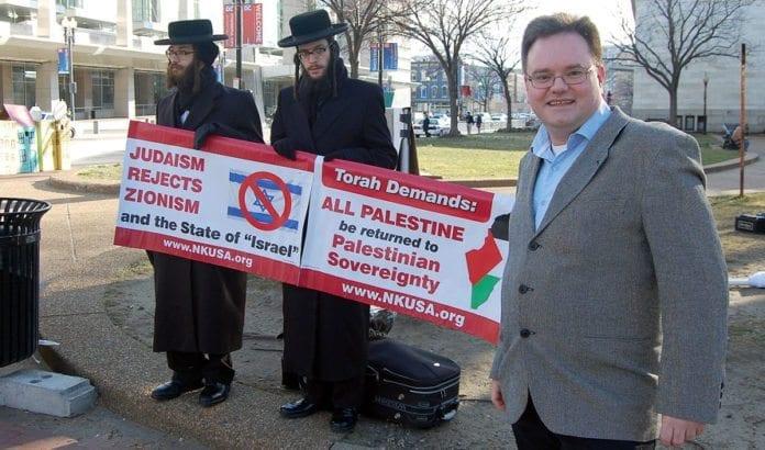 Morten Fjell Rasmussen måtte passere anti-zionistiske demonstranter på vei inn til AIPAC-konferansen. (Foto: Kenneth Rasmussen)