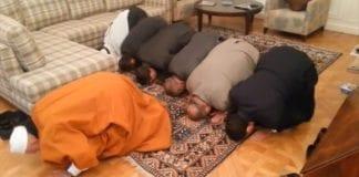 Israelske og franske imamer sammen i bønn for fred, ved den israelske ambassadørboligen i Paris. (Foto: Skjermdump fra IsraelenFrance, YouTube)