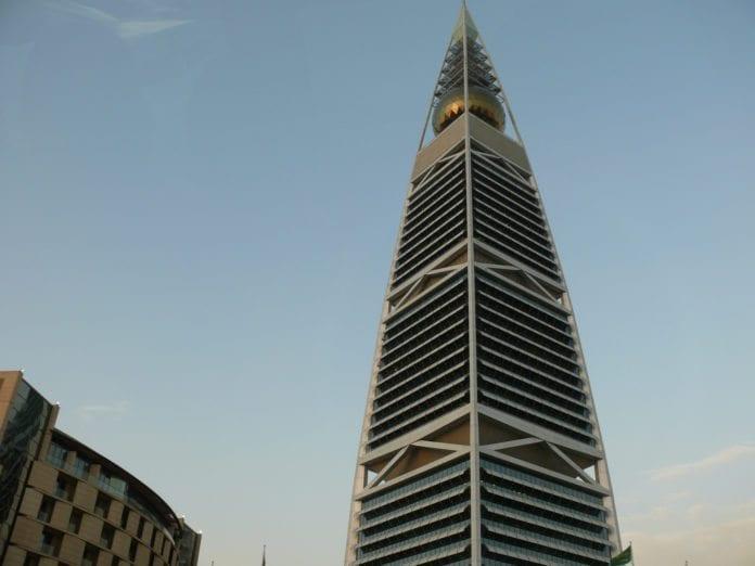 En av verdens høyeste bygninger, Al Faisaliah (267 meter), ligger i Saudi Arabias hovedstad Riyadh. (Illustrasjon: Mohd Azli Abdul Malek, flickr.com)