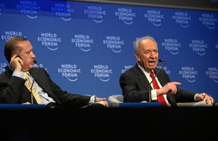Tyrkias statsminister Recep Tayyip Erdogan (f.v.) og Israels president Shimon Peres, under et WEF-møte i 2009 da de to landene fortsatt var venner. (Foto: Monika Flueckiger, swiss-image.ch)
