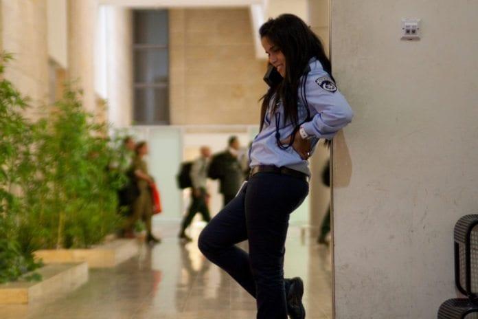 Israelsk sikkerhetsvakt på Ben Gurion-flyplass i Tel Aviv. (Illustrasjon: reway2007, flickr.com)