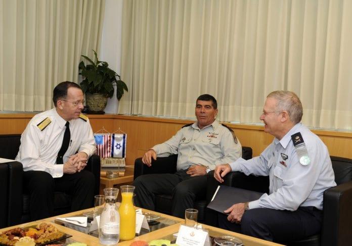 USAs tidligere forsvarssjef Mike Mullen (f.v.), Israels tidligere forsvarssjef Gabi Ashkenazi og tidligere etterretningssjef i IDF, Amos Yadlin. (Illustrasjon: Den amerikanske ambassaden i Tel Aviv, flickr.com)