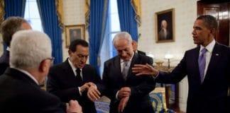 Fredsforhandlingene i 2009, under et møte i Det hvite hus. Fra venstre: PA-president Mahmoud Abbas, tidligere FN-utsending til Midtøsten Tony Blair (bak Abbas), tidligere Egypt-president Hosni Mubarak, Israels statsminister Benjamin Netanyahu og USAs president Barack Obama. (Foto: Wikimedia Commons)