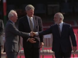 Israels tidligere statsminister Yitzhak Rabin (f.v.), USAs eks-president Bill Clinton og Jordans tidligere konge Hussain I, etter å ha signert den israelsk-jordanske fredsavtalen i 1994. (Illustrasjon: GPO)