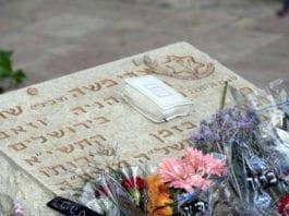 En soldatgrav dekket med blomster under Minnedagen for falne soldater og terrorofre i 2009. (Illustrasjonsfoto: Ari Bronstein / Flickr.com)