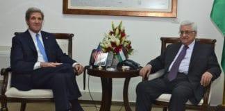 USAs utenriksminister John Kerry (f.v.) og PA-president Mahmoud Abbas. (Foto: Det amerikanske utenriksdepartementet)