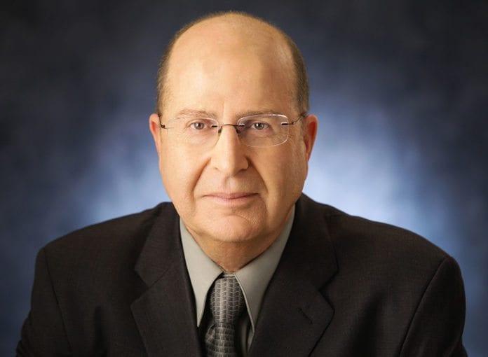 Israels forsvarsminister Moshe Ya'alon lover å svare på de sporadiske rakettangrepene mot Israel de siste par dagene. (Foto: Wikipedia)