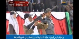 Kvinnelig Hamas-soldat skyter mot bilder av israelske ledere på Al-Aqsa TV 19. mars 2013.