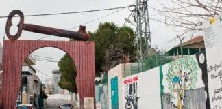 Innkjørselen til en flyktningleir under UNRWA-kontroll på Vestbredden. Nøkkelen er palestinernes symbol for kravet om å vende tilbake til sine forfedres eiendommer i det som i dag er Israel. (Foto: Beautiful Faces of Palestine, flickr.com)