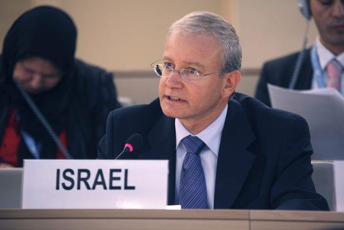 Israels FN-ambassadør i Geneve, Aharon Leshno-Yaar, under et møte i Menneskerettighetsrådet. (Foto: Patrick Bertschmann, UN Photo)