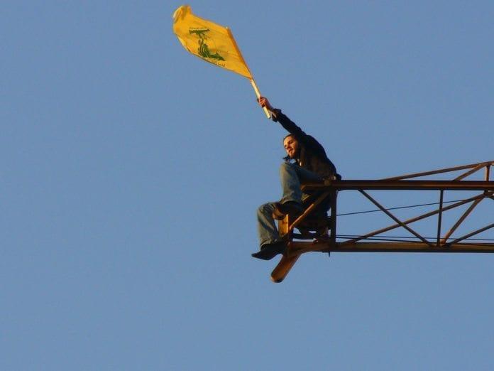 Veiver Hizbollah-flagget. (Illustrasjon: Harout Arabian, flickr.com)