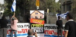 Bosetningsmotstandere markerer sin misnøye utenfor statsministerboligen i 2010. (Illustrasjon: Adam Groffman, flickr.com)