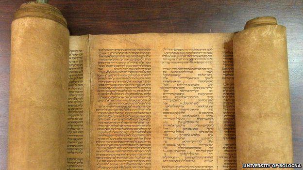 850 år gammel Torah-rull (Foto: Universitetet i Bologna)