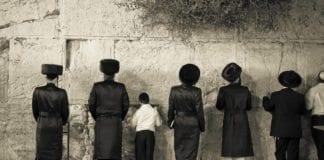 Ultra-ortodokse ber ved Vestmuren på en sabbat. (Foto: Javier Corbo, flickr.com)