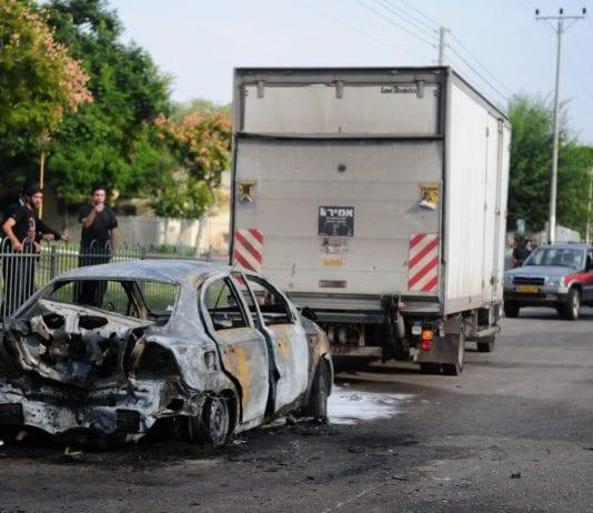 En parkert bil i Ashdod er totalt ødelagt, etter et rakettangrep fra Gaza-stripen 14. november 2012. (Foto: IDF)
