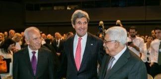 Israels president Shimon Peres (f.v.), USAs utenriksminister John Kerry og PA-president Mahmoud Abbas. (Foto: Benedikt von Loebell, WEF)
