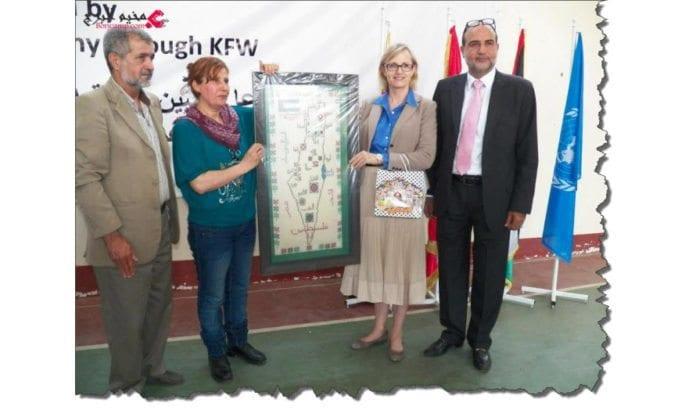 Leder for UNRWAs Libanon-avdeling, Ann Dismorr (nummer to fra høyre), poserer ved siden av et kart over Palestina der Israel er utslettet. (Skjermdump fra www.pn-news.net/news.php?action=view&id=4133)