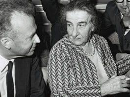 Daværende USA-ambassadør Yitzhak Rabin (f.v.) og statsminister Golda Meir. (Foto: Moshe Milner, GPO)