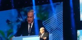 Statsminister Benjamin Netanyahu (bildet) på talerstolen under 90-årsfeiringen av president Shimon Peres. (Foto: GPO)