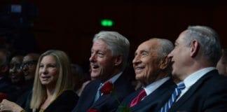 Den amerikansk-jødiske sangeren Barbara Streisand (f.v.), USAs tidligere president Bill Clinton, Israels president Shimon Peres og statsminister Benjamin Netanyahu, under Peres' 90-årsmarkering. (Foto: GPO, flickr.com)