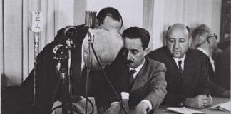 Israels første statsminister, David Ben Gurion, signerer Uavhengighetserklæringen i 1948. (Foto: Wikipedia)