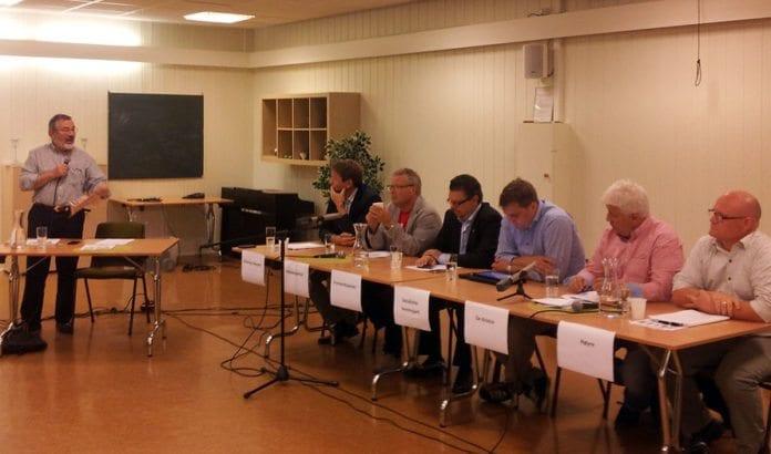 Debattleder Jan Benjamin Rødner (f.v.), Olav Moe (KrF), Thomas Colin Archer (Ap), Ulf Leirstein (FrP), Åsmund Frengstad (SV), Sten Klevås Olsen (De Kristne) og Bengt Wenstøb (Høyre). (Foto: Bengt-Ove Nordgård)