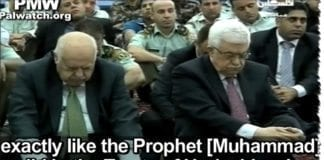 PA-president Mahmoud Abbas (t.h.) var til stede under fredagsprekenen. (Foto: Skjermdump fra palwatch, YouTube.com)